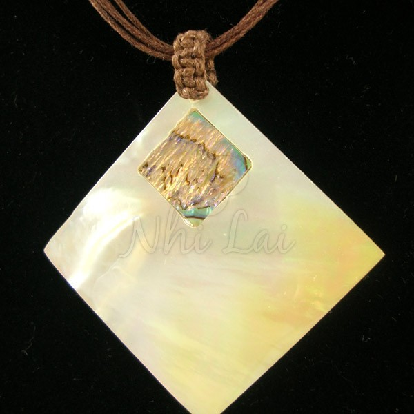 Pendentif losange nacre blanche collier marron