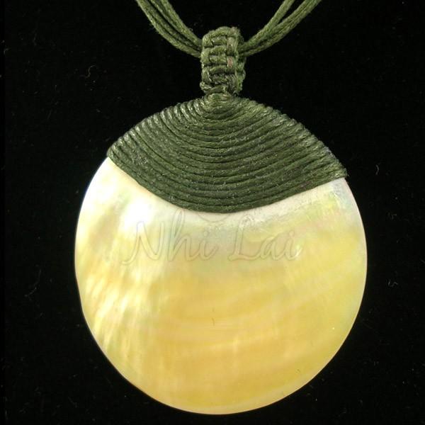 Pendentif nacre jaune collier vert