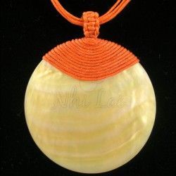 Pendentif nacre jaune collier orange