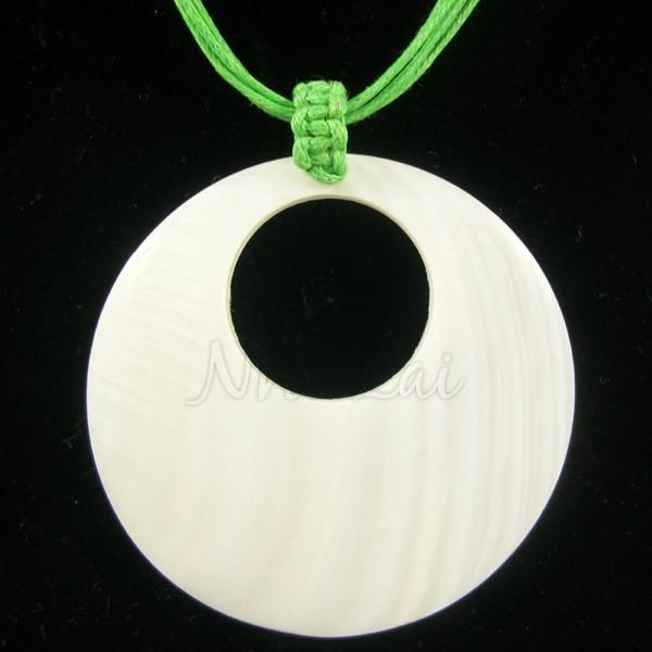 Pendentif nacre blanche collier vert fluo