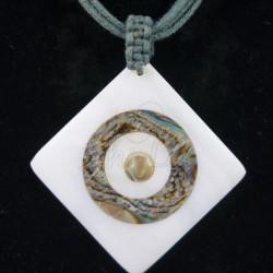 Pendentif losange nacre irisée collier vert